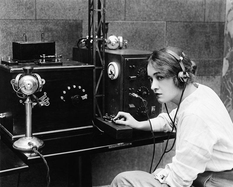 donna con telegrafo