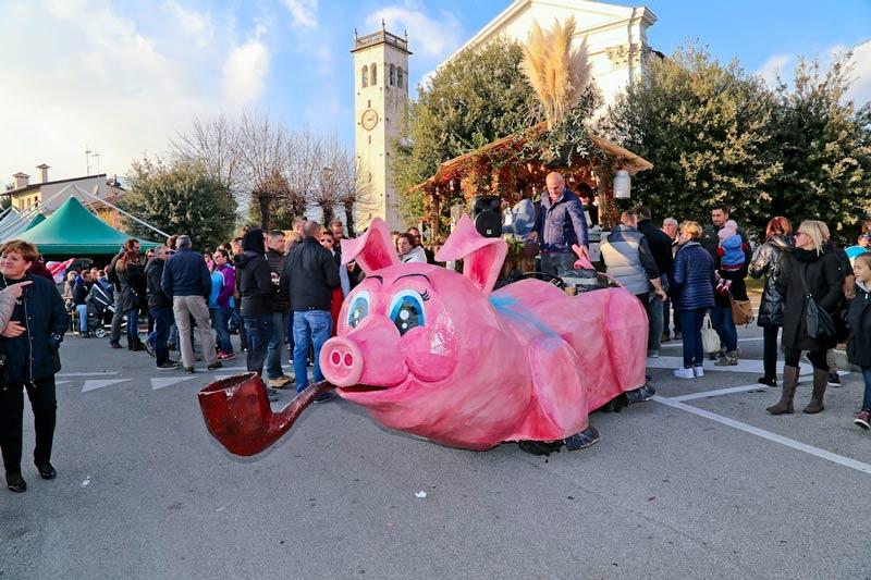 Il porco in piazza, San Leonardo Valcellina